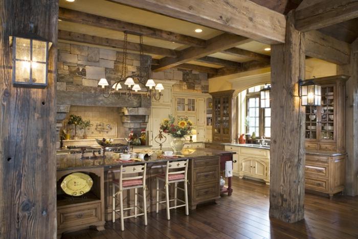 cuisine équipée, lanternes, chaises de bar en bois, colonnes en bois, modele de cuisine, plafond jaune