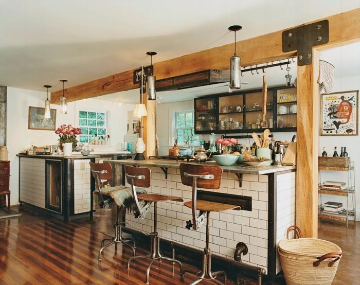 cuisine aménagée, plafond blanc, chaises de bar, parquet marron rayé, cuisine en bois, fenêtre à carreaux