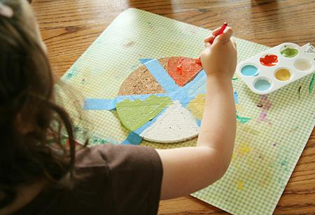 bricolage fête des pères facile, activité manuelle maternelle, un cercle en liege, customisé à la peinture de différentes couleurs, comemnt fabriquer un sous verre personnalisé