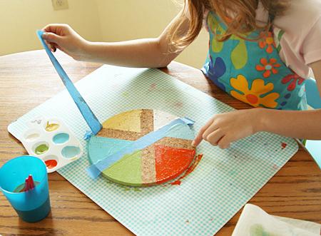 idée cadeau fête des pères à fabriquer facilement, retirer les bandes de washi tape du cercle en liege, activité manuelle maternelle, bricolage facile, anniversaire papaé