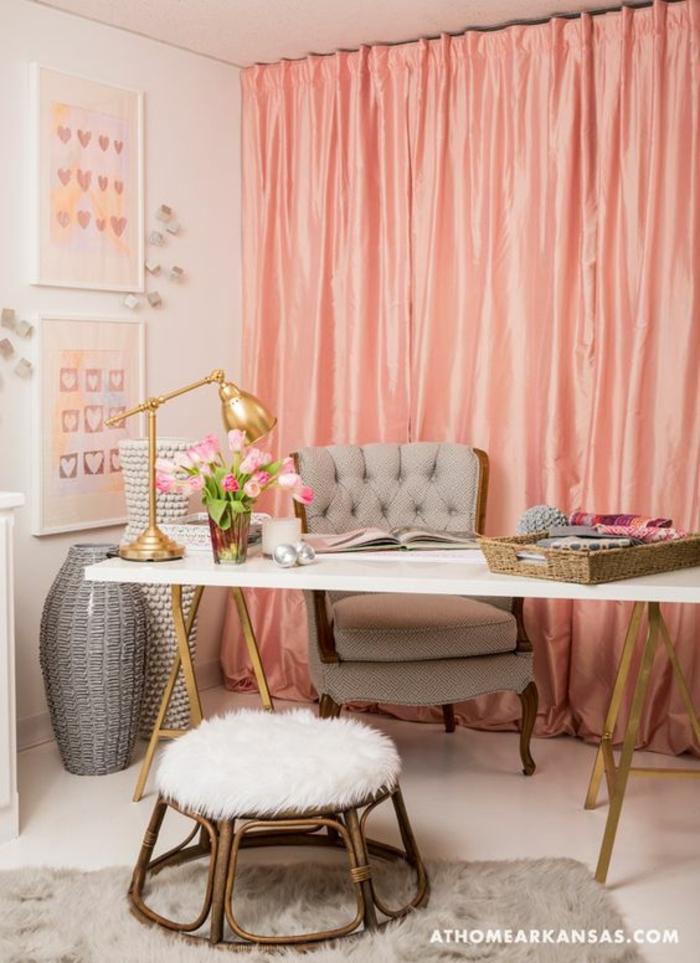 rideaux couleur dofus, petit tabouret blanc et poilu, bureau blanc, vases