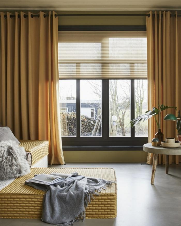 salon moderne aux nuances d'ocre jaune, accents déco en bois et fausse fourrure