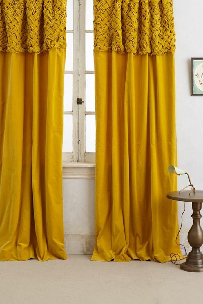 contraste harmonieux entre les rideaux ocre jaune et les tons froids du blanc