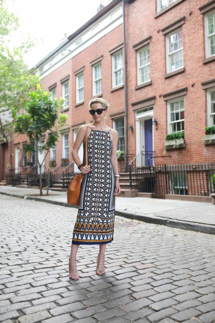 comment porter l'imprimé ethnique en été, robe trapèze à coupe droite associée à des sandales haut talon à lacets