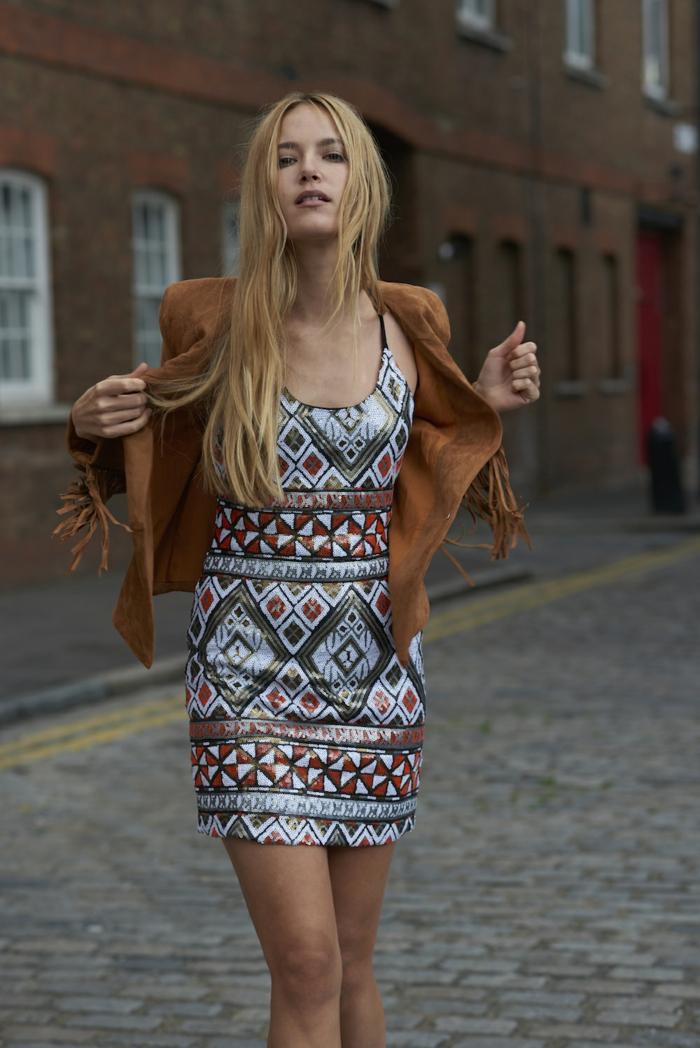 look d'inspiration ethnique, robe à l'imprimé ethnique aztèque associée avec veste en daim à franges
