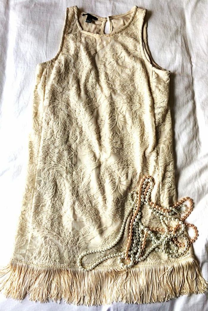 robe année 20, robe avec broderies en couleur crème, silhouette trapèze, collier en perles