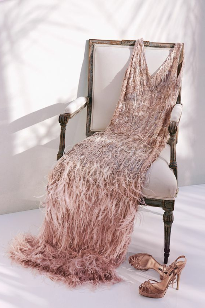robe année 20 rose avec multitude de franges, sandales glamoureuses, chaise vintage