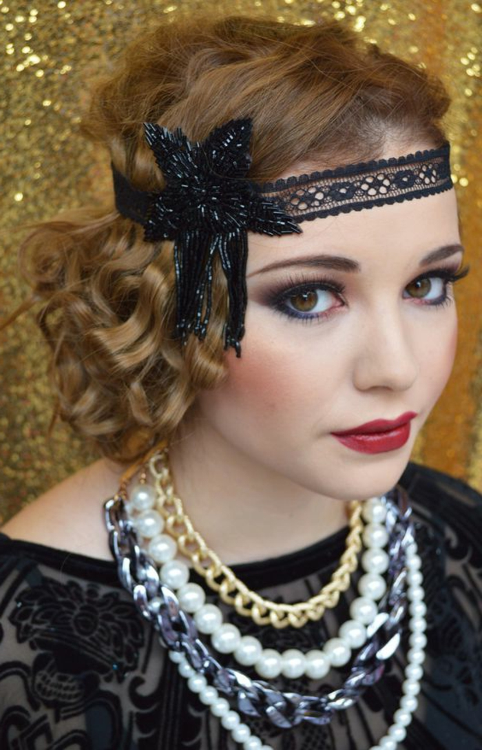 robe année 20, robe noire dentelle, bandeau de cheveux au front, colliers perles, collier chaîne