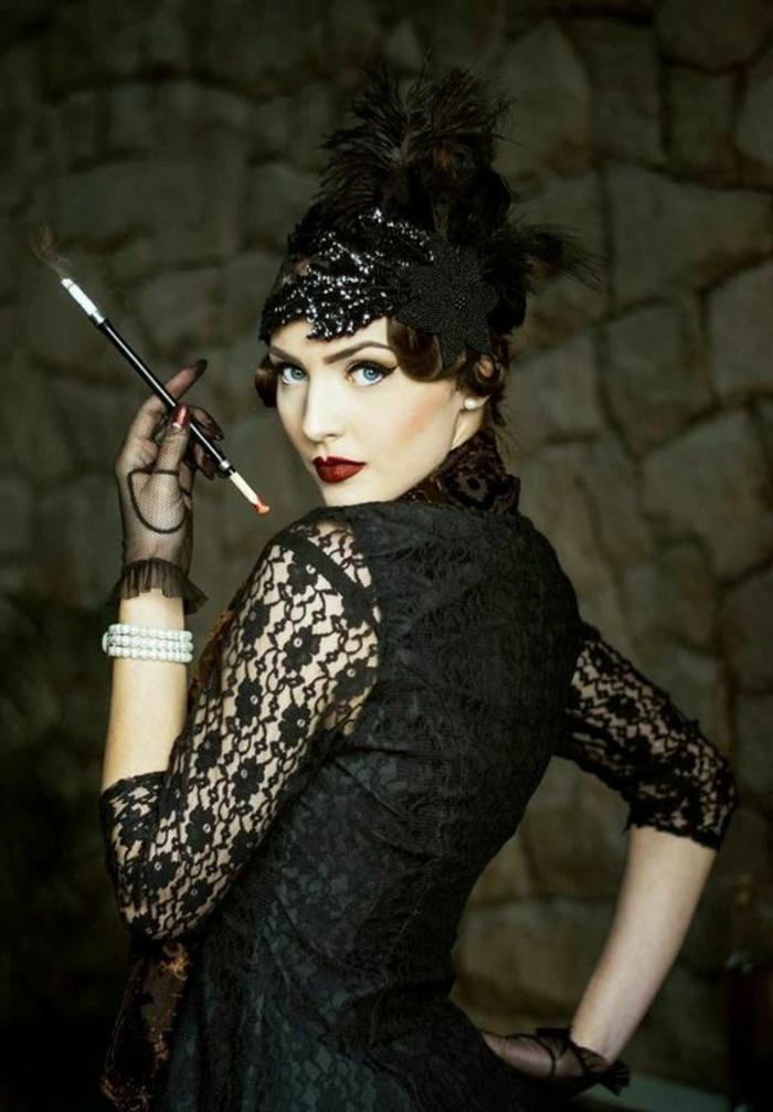 robe année folle, manches dentellées de robe noire éléganten femme avec gants noirs