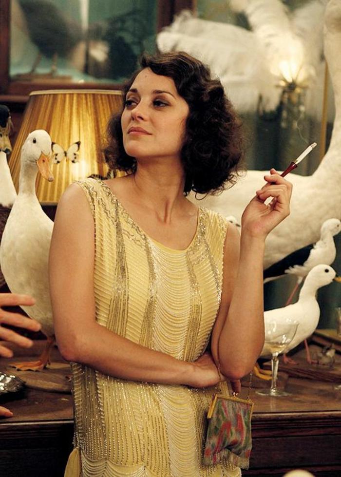 robe année folle, femme fumant une cigarette habillée en robe jaune avec petites franges