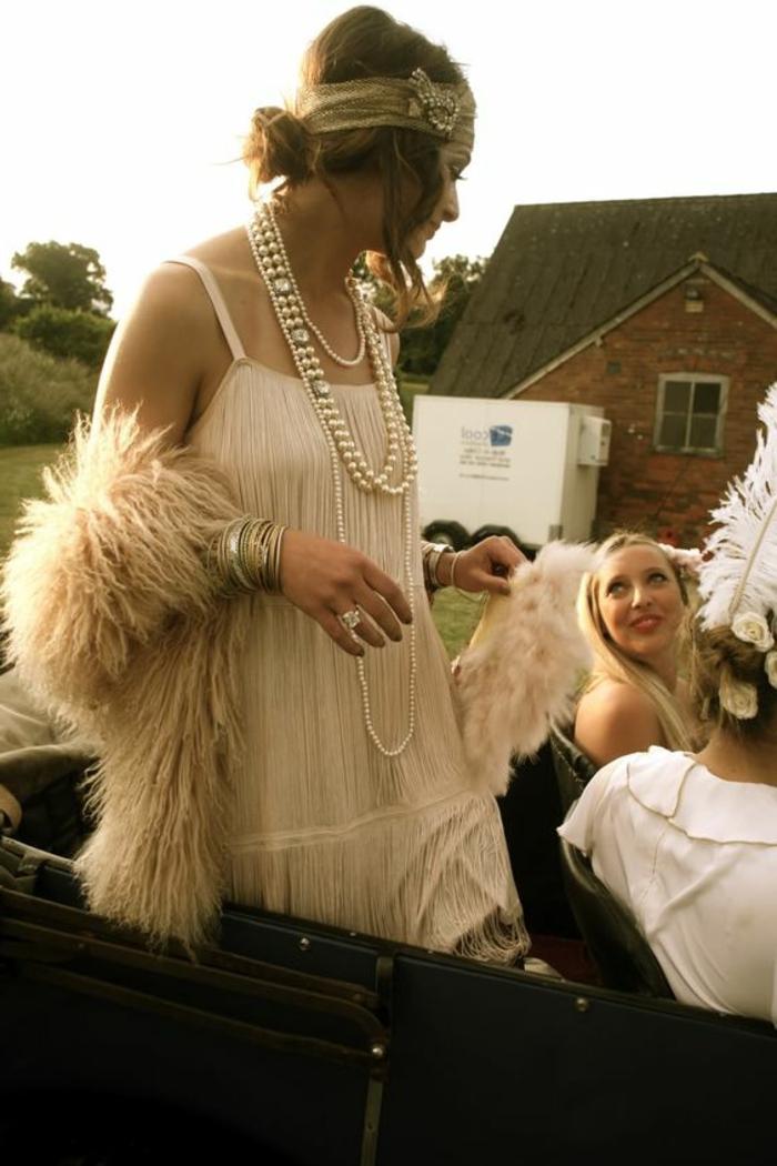 robe années 20, femme habillée à la façon vintage, robe couleur crème avec bretelles