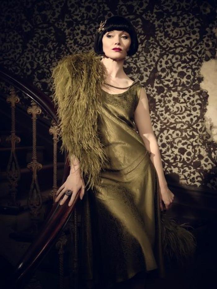 robe années 20, robe longue satinée couleur verte, carré court lisse, col fourrure