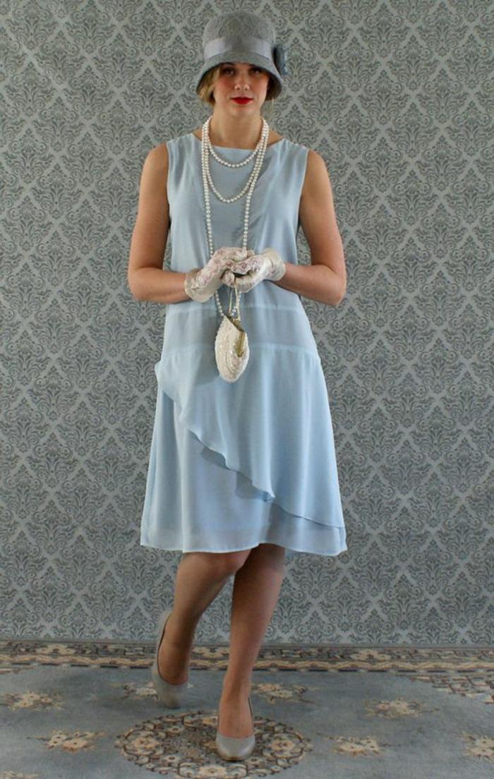 robe années 20, chapeau cloche, collier perles, sac à main et mitaines bmanches