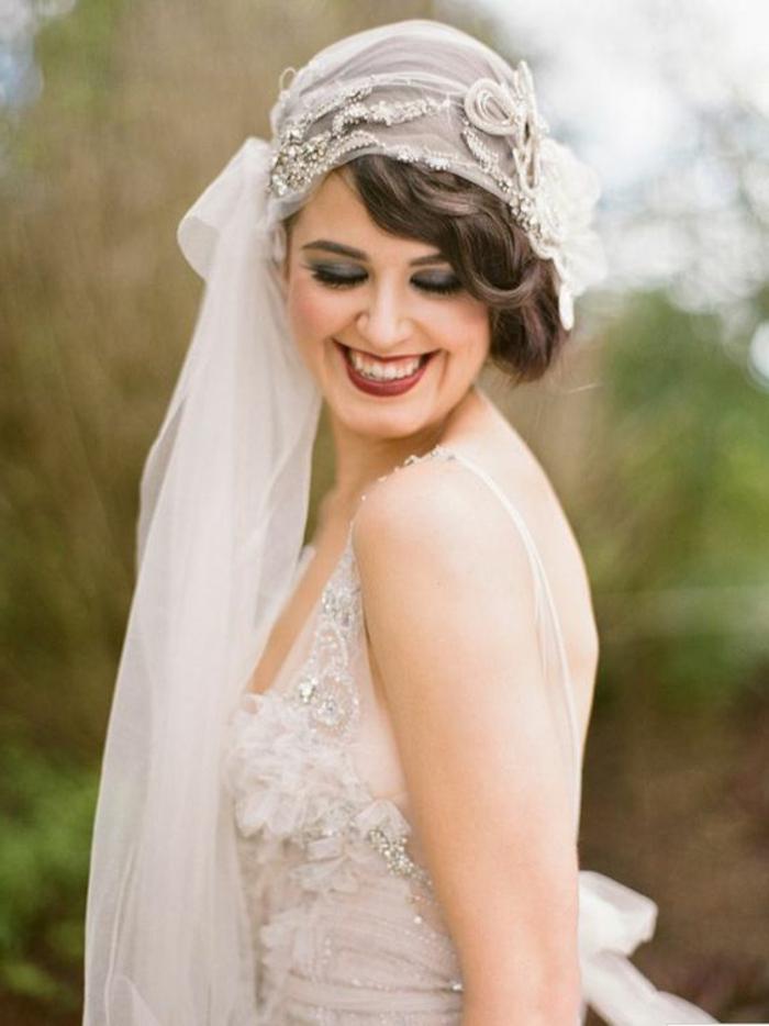 robe années 20, robe de mariée, dos nu, chapeau cloche et voile, broderies sur la robe