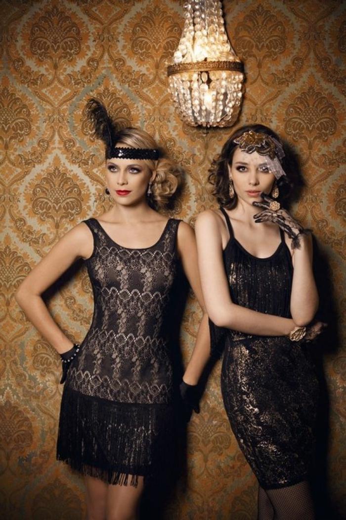 robe anées folles, robes noires élégantes, deux femmes habillées come flappers, plafonnier oriental