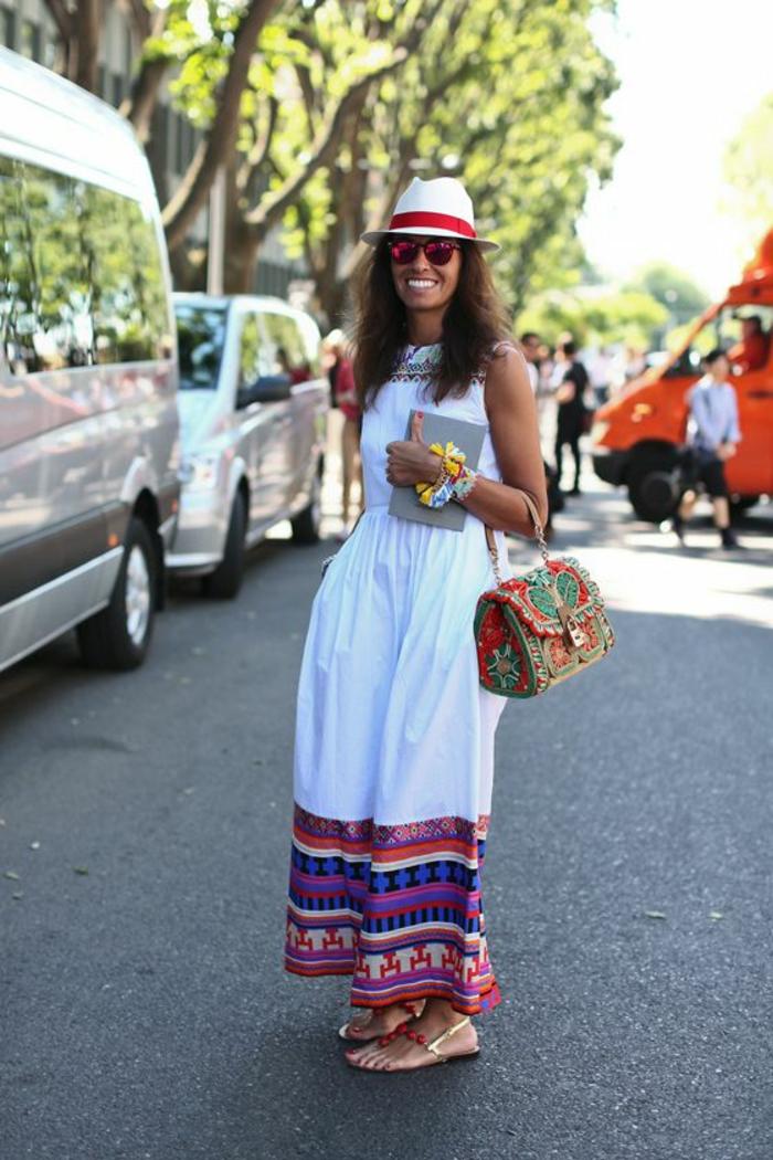 une robe longue brodée de style mexicain et une sac à main ethnique