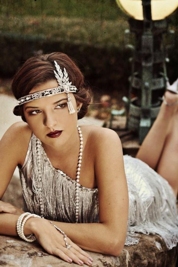 robe charleston, robe asymétrique avec des franges couleur argent, collier en perles, diadème