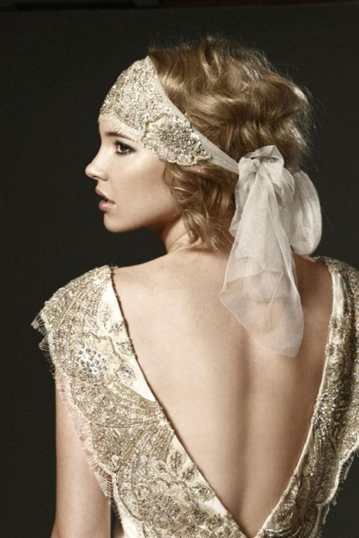 robe charleston, décolleté triangulaire plongeant au dos, carré bouclé, bandeau de cheveux