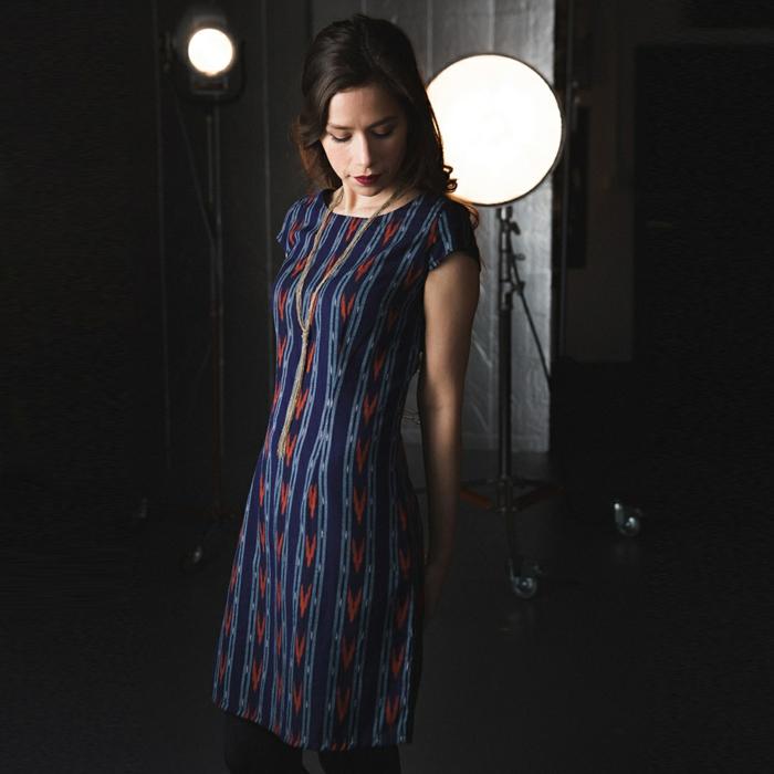 une robe en laine à manches courtes et à l'imprimé ethnique idéale pour un look de bureau