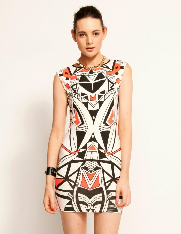 une robe courte imprimée aztèque combinée et un bracelet en cuir pour un look légèrement rock