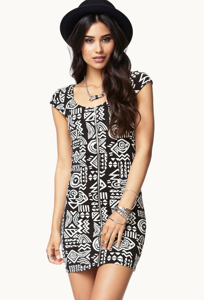 la mode ethnique et la tendance monochrome, robe courte zippée aux motifs géométriques