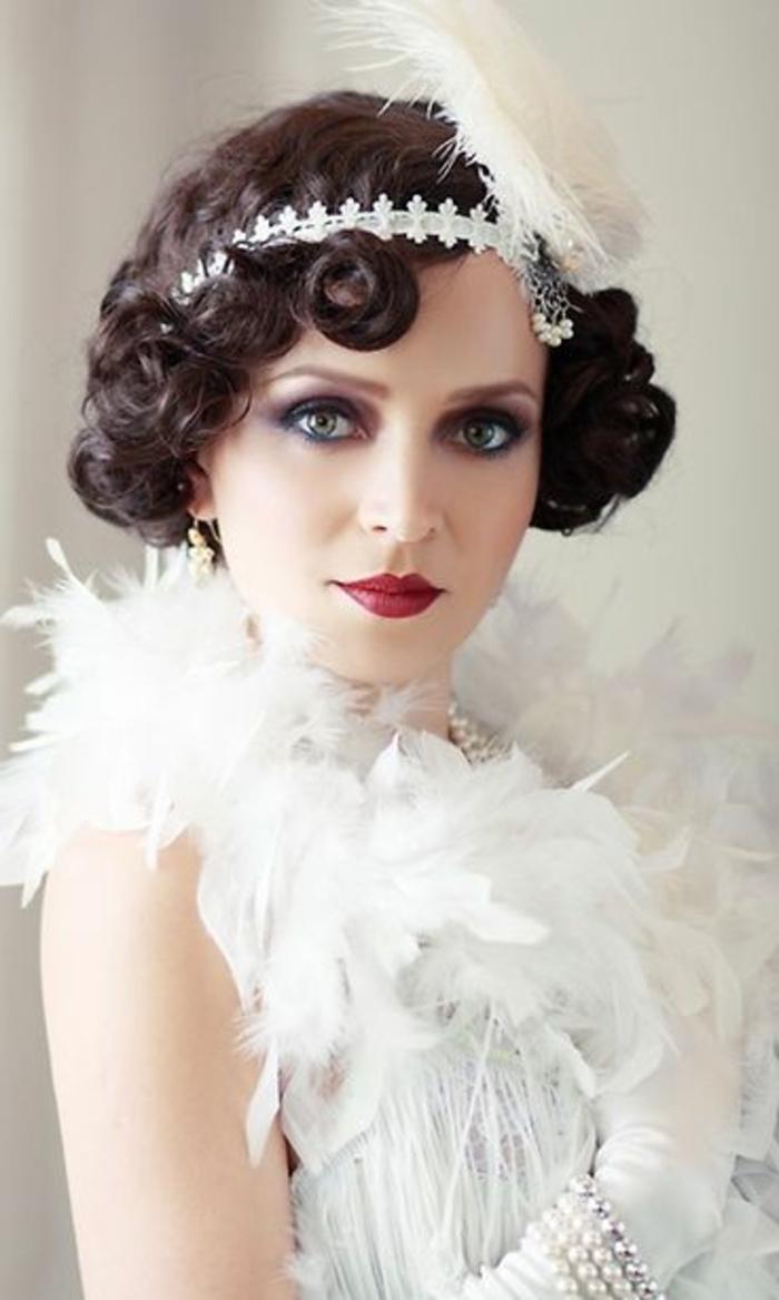 robe charleston orée de plusieurs plumes, cheveux bouclés, diadème blanche,