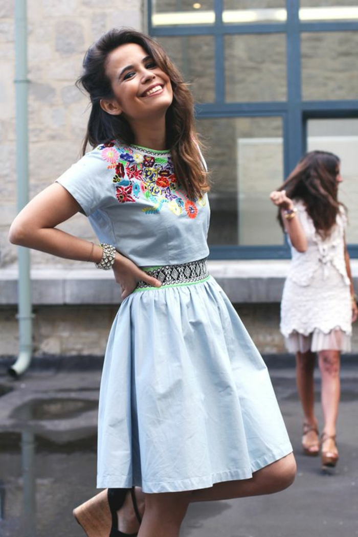 robe mexicaine brodée bleu pastel et des sandales à talon compensé