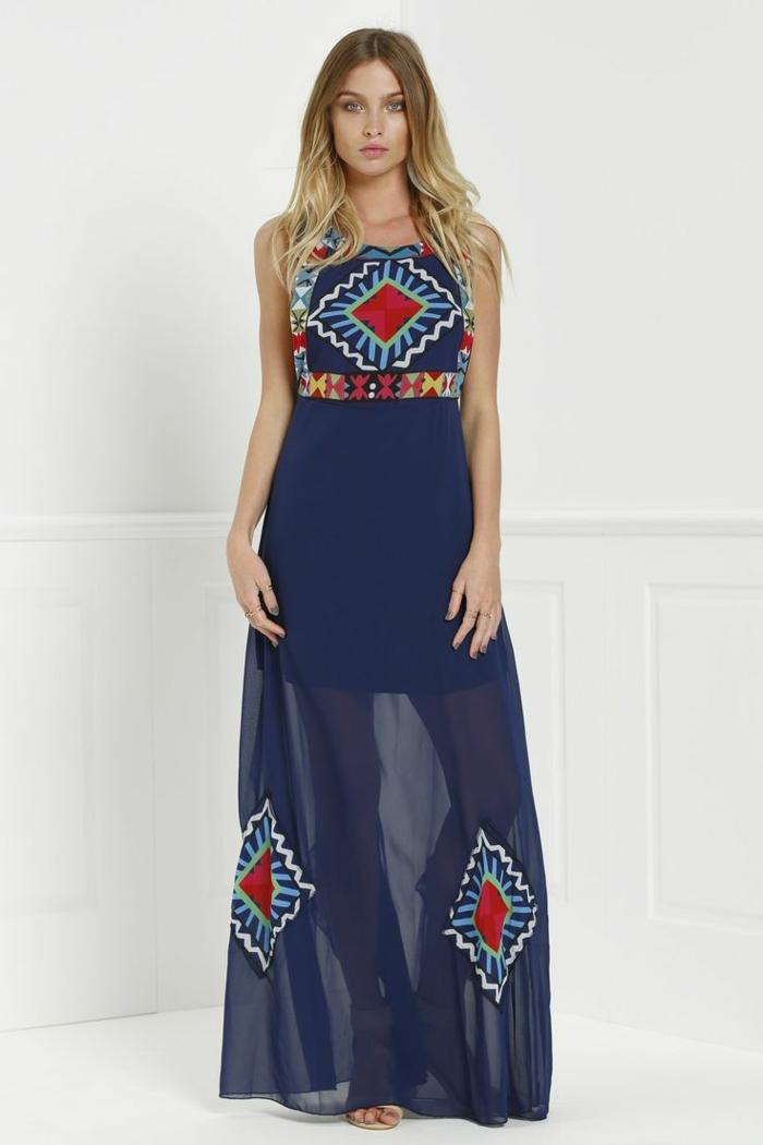 une longue robe doublée à l'imprimé ethnique et à dos nu, tendances dans les robe d'été 2017