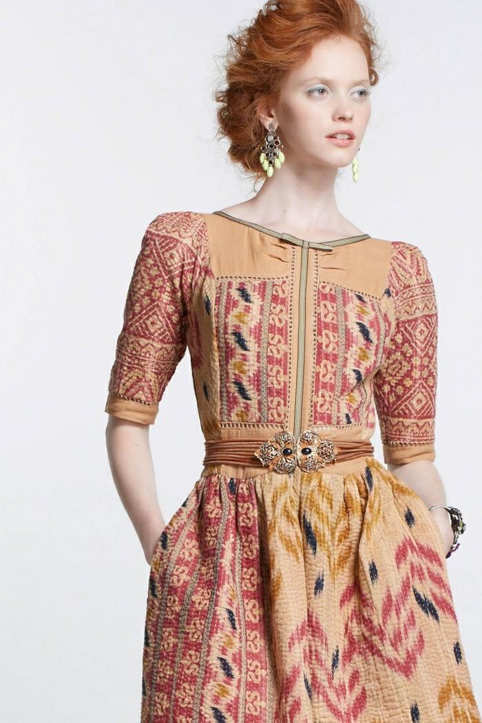 un look ethnique vintage, robe imprimée en nuances chaudes avec ceinture bijou