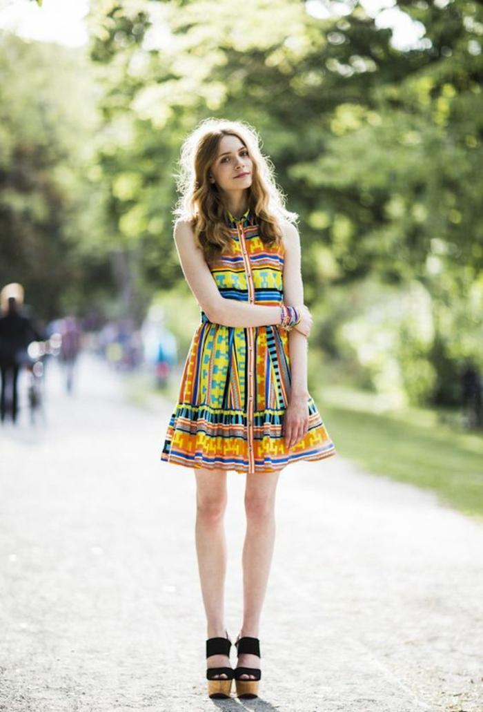 petite robe à col aux motifs ethniques portée avec des sandales à gros talon, tendance chic ethnique en été