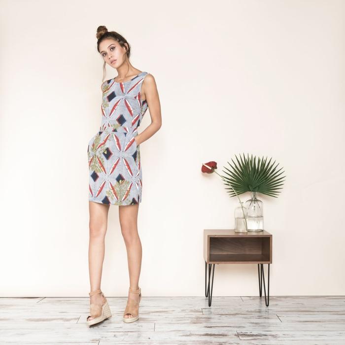 une robe sans manches à imprimé ethnique combinée avec des sandales à talon compensé