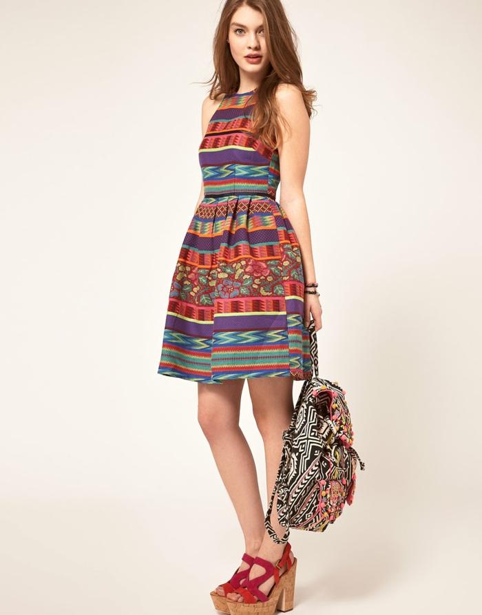 robe colorée de style mexicain associée à des sandales rouges à gros talon