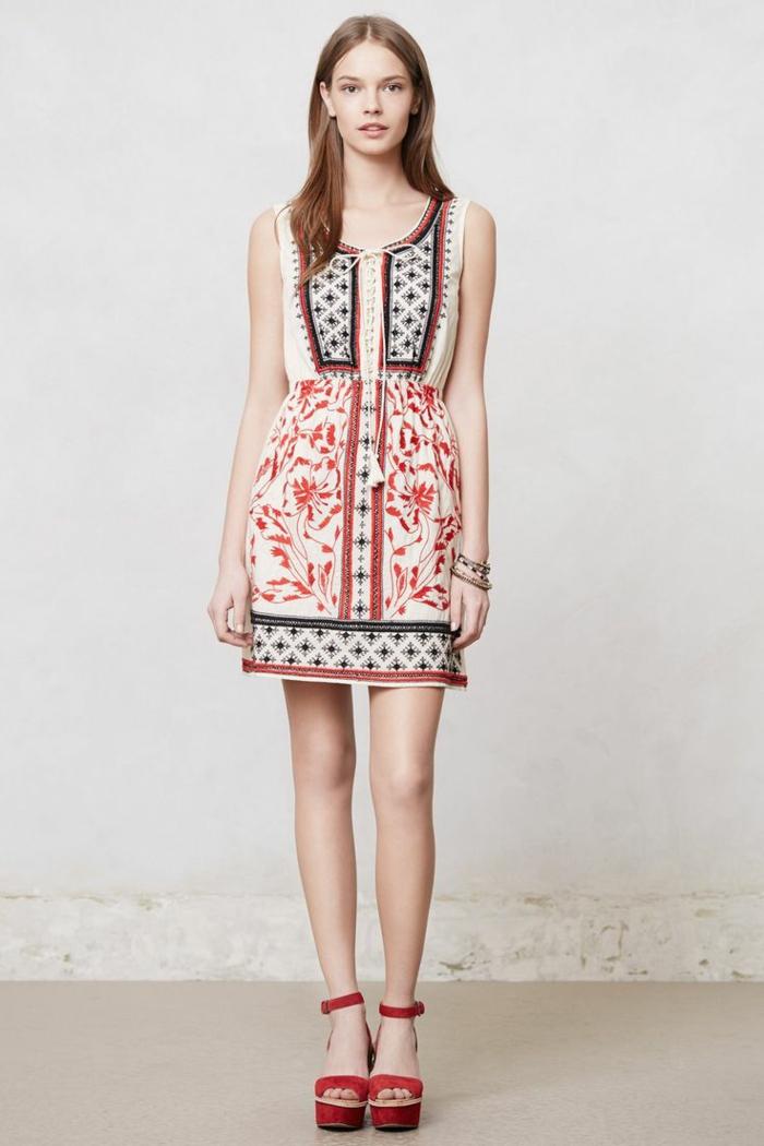 un robe courte de style chic ethnique avec lacets devant associée avec des sandales rouges à gros talon avec bride
