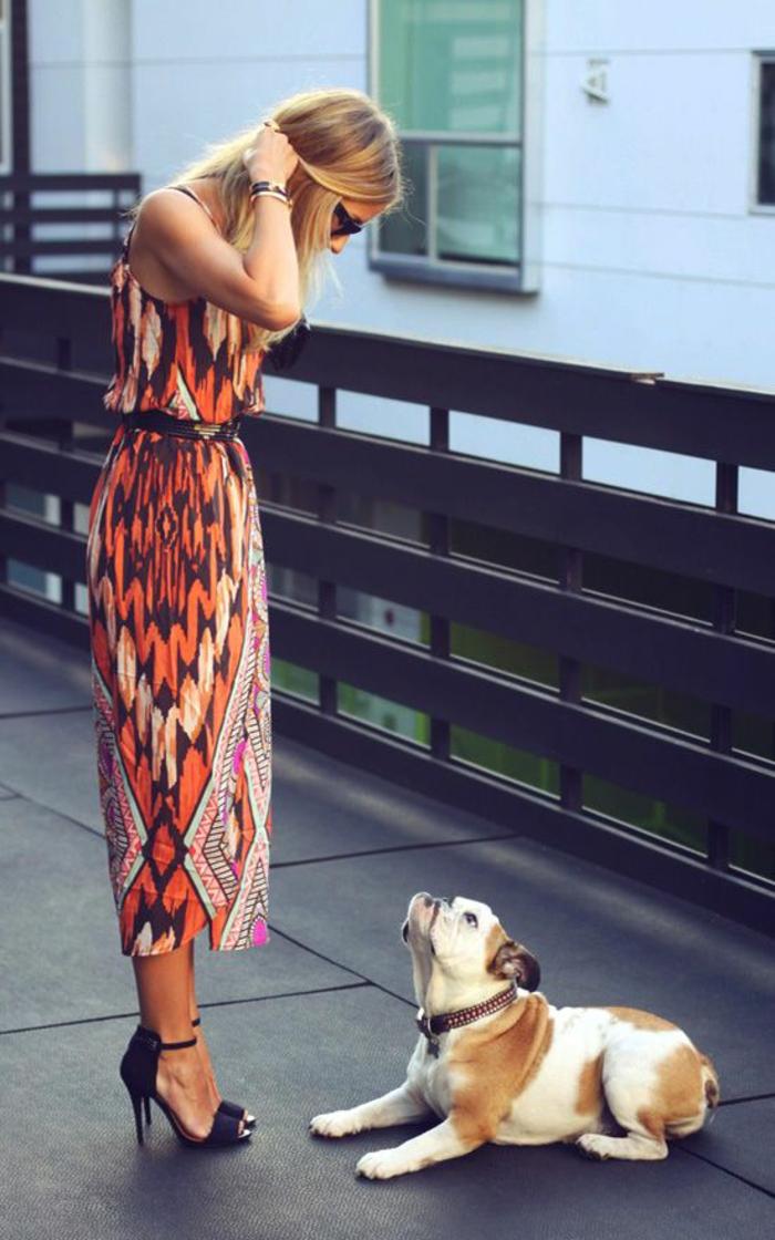 robe longue imprimé à motif tribal en orange et rose combinée avec des sandales à haut talon élégantes