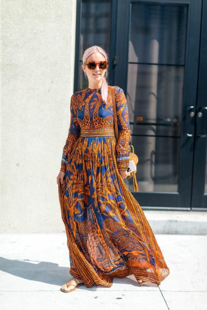 maxi robe à manches longues resserrée à la taille combinée avec des sandales plates et des lunettes écaille