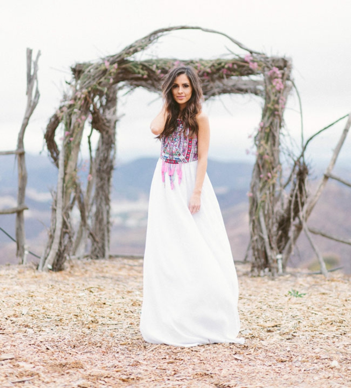 robe de mariée de style bohème à taille haute aux motifs ethnique sur le haut