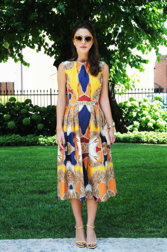 la mode ethnique d'été, robe imprimé colorée à coule demi-mollet et des sandales jaunes