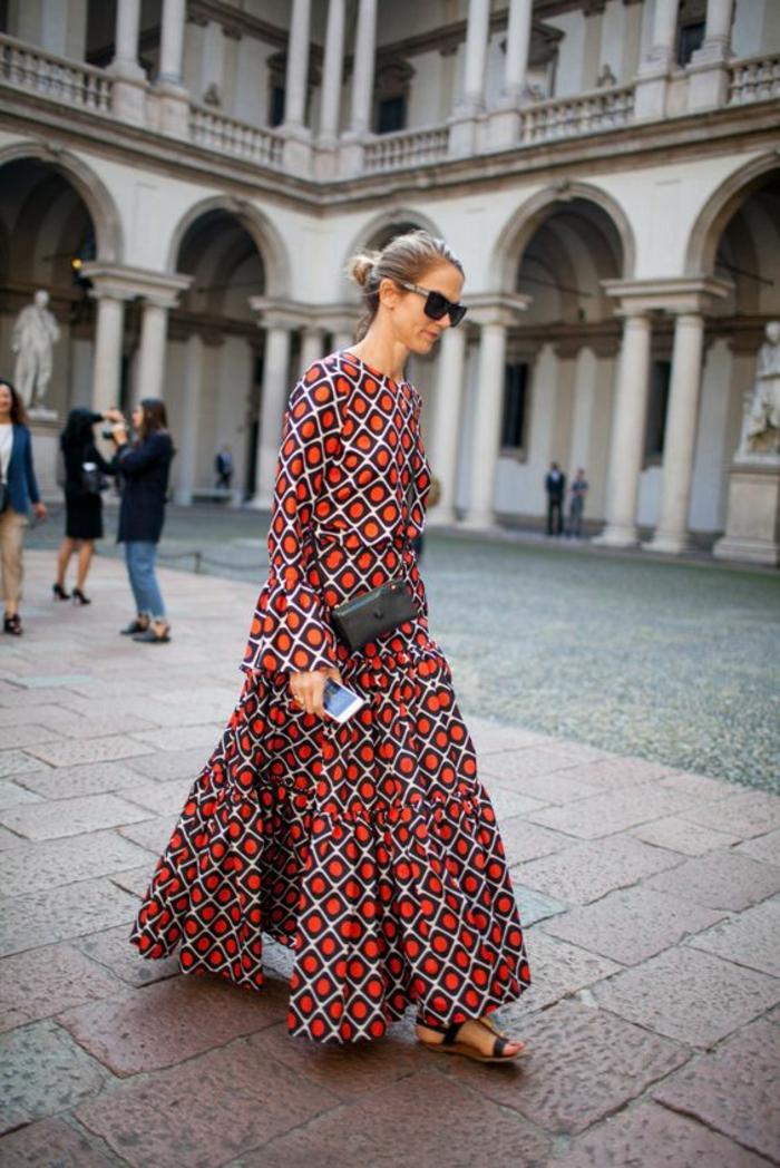 une maxi-robe à imprimé ethnique africain et des sandales plates, robe longe légère et fluide d'un look bohème