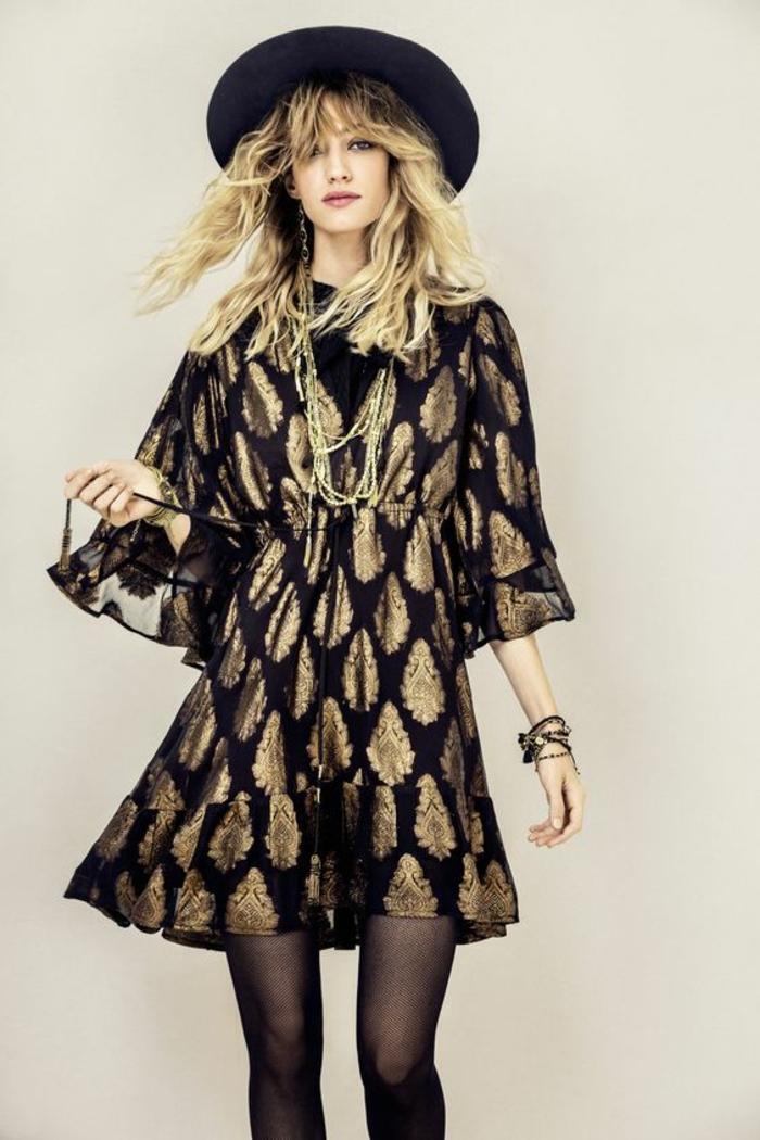 une robe tunique bohème chic à manches larges resserrée dans la taille, look en noir et doré