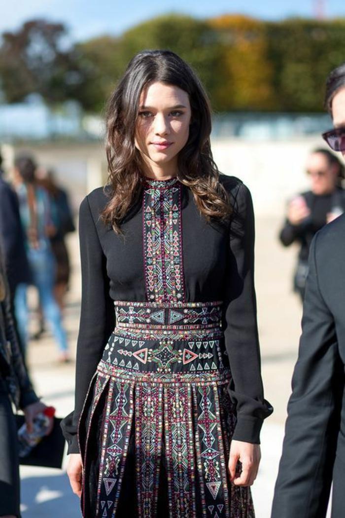 robe noire élégante avec broderie ethnique, comment adopter la mode ethnique
