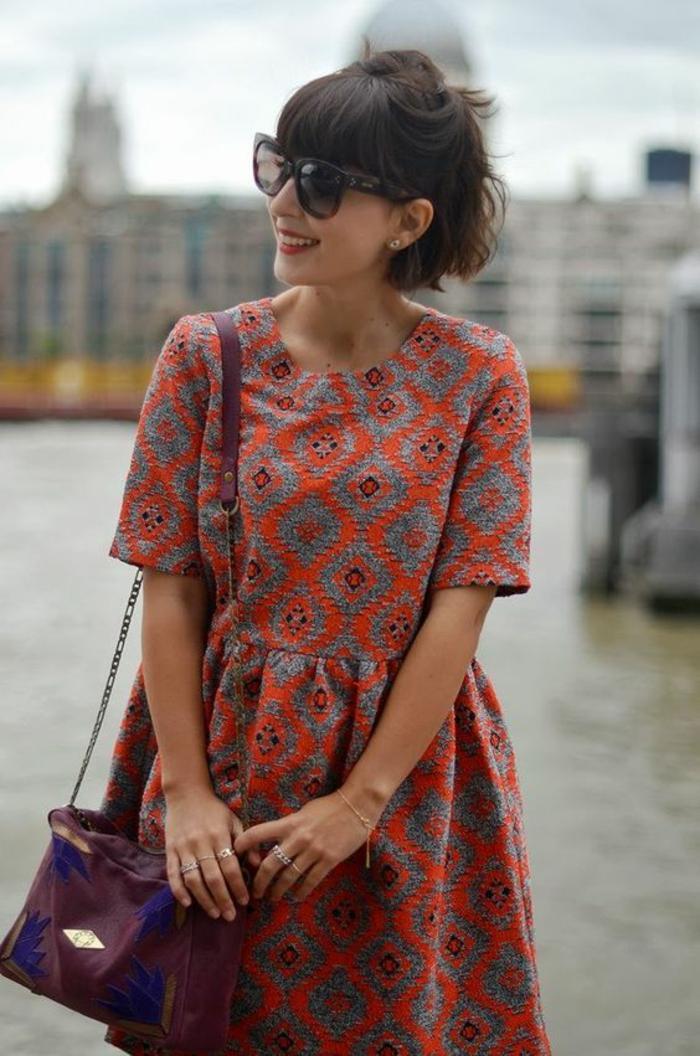 une robe corolle floue à l'imprimé ethnique, coiffure coupe carré court