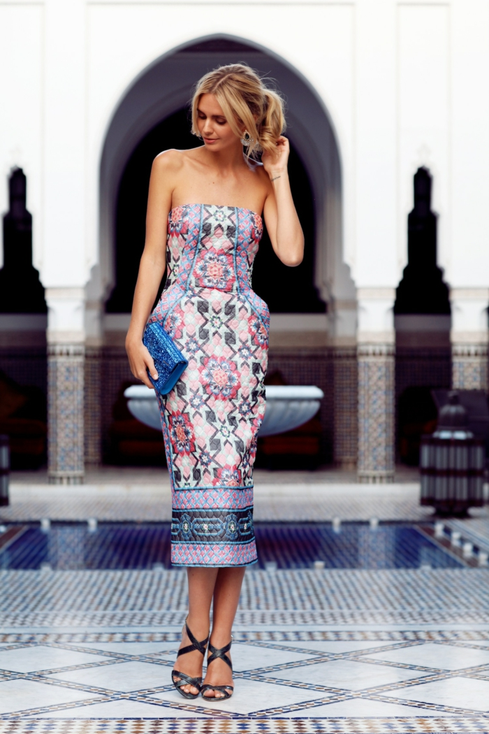 une robe originale matelassée de type fourreau, robe de soirée aux motifs ethniques