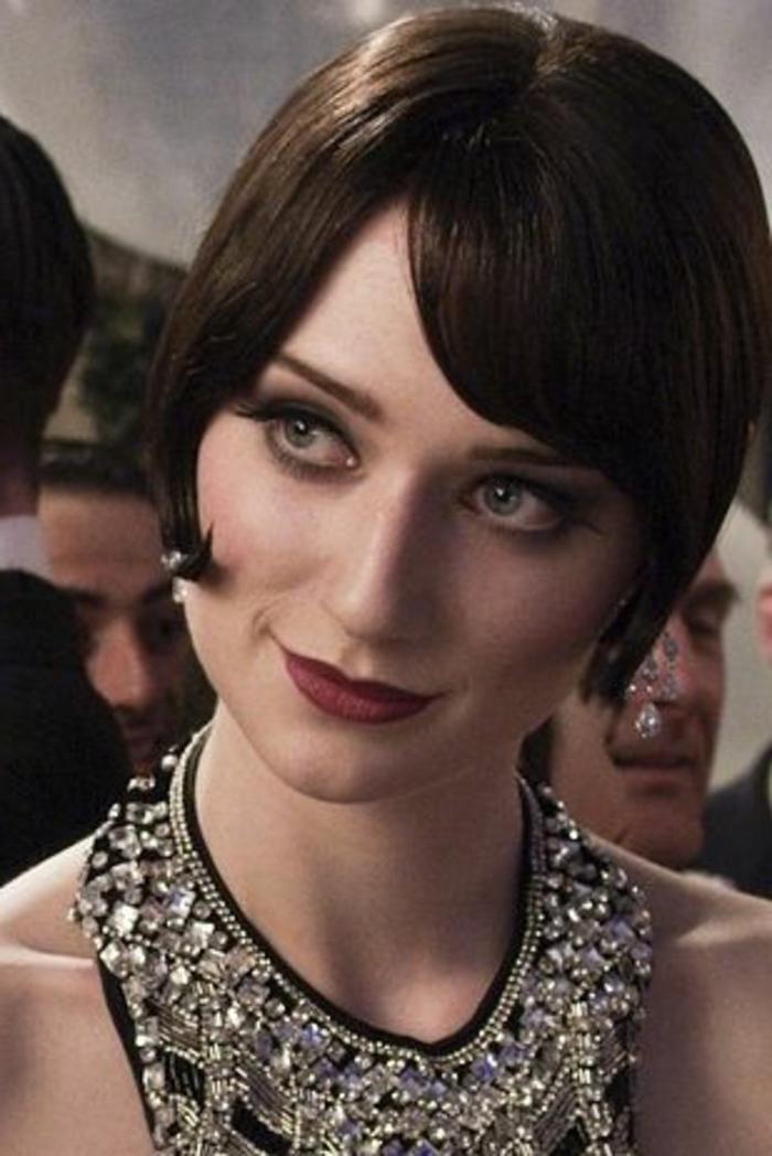 robe gatsby, col aux bijoux incrustés, coupe courte cheveux lisses, jolie femme au look vintage