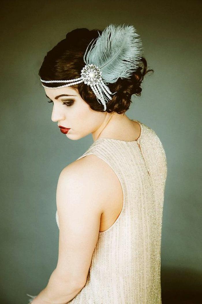 robe gatsby couleur crème, serre-tête avec plume, cheveux bouclés, maquillage vintage