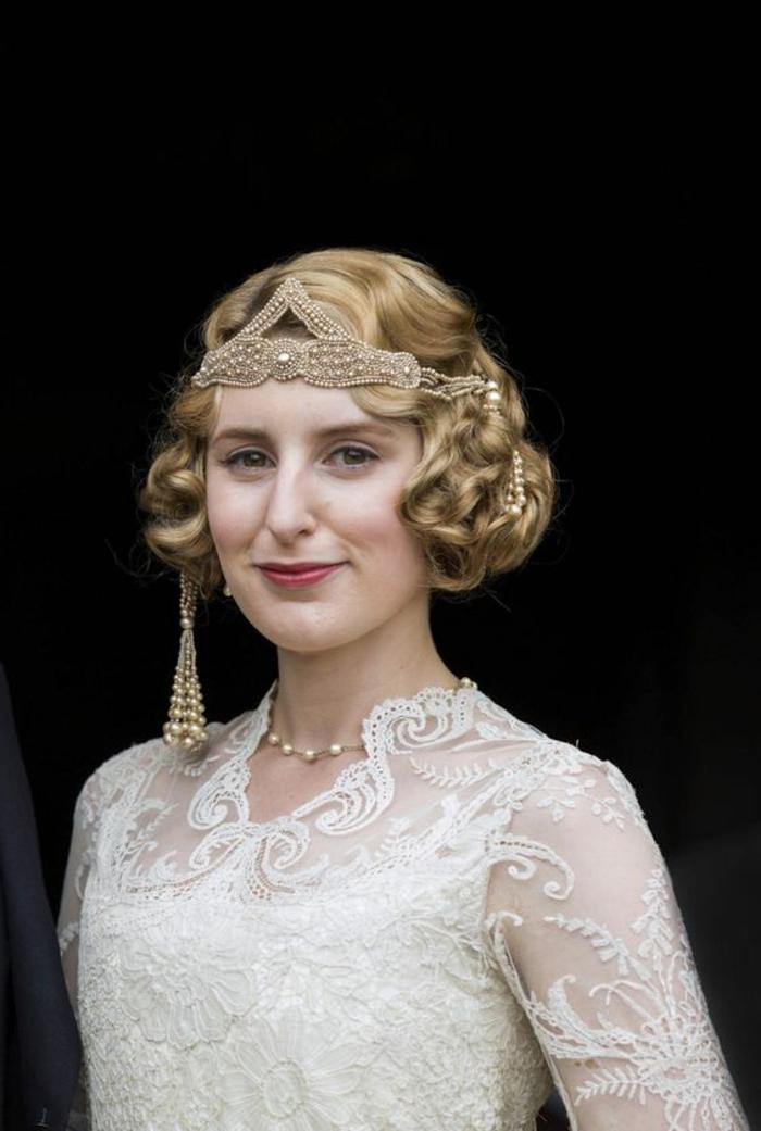 robe gatsby, blanche avec dentelle, diadème originale, collier subtil chaîne perlée