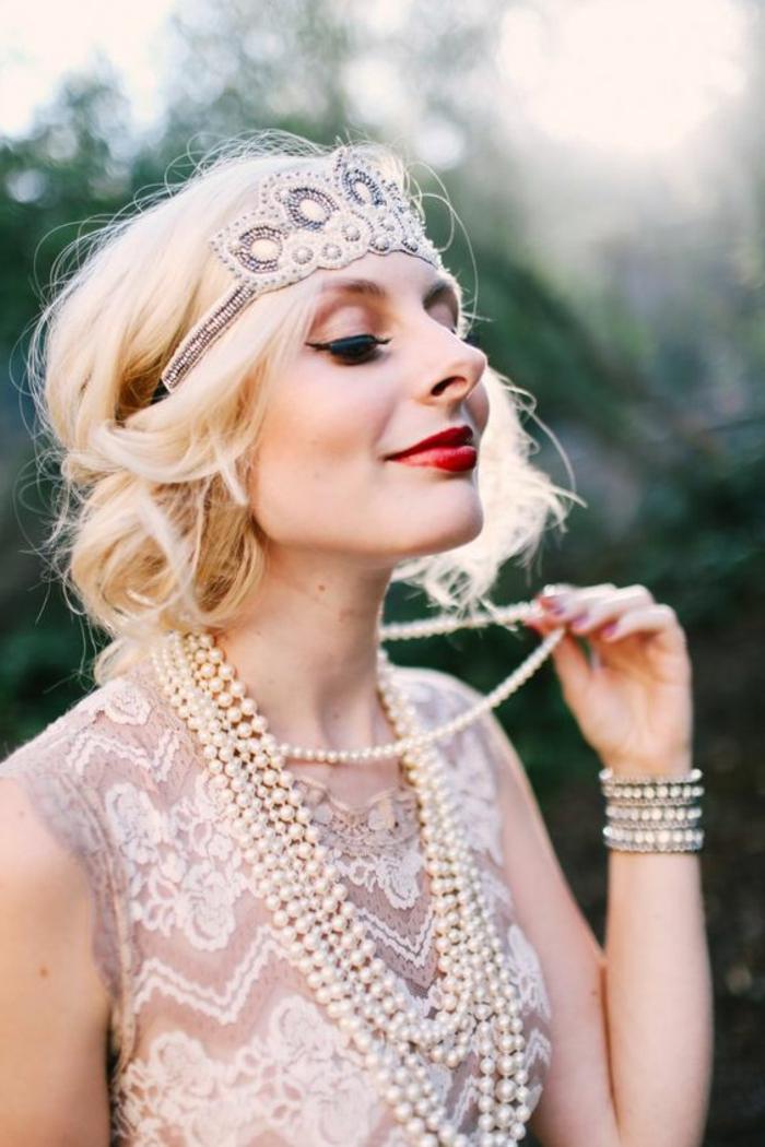 robe gatsby le magnifique brodée en beige et blanc, bandeau de cheveux et plusieurs colliers