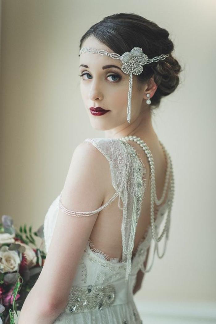 robe gatsby le magnifique, modèle élégant, bijou de tête chaîne blanche avec fleur, boucles d'oreilles
