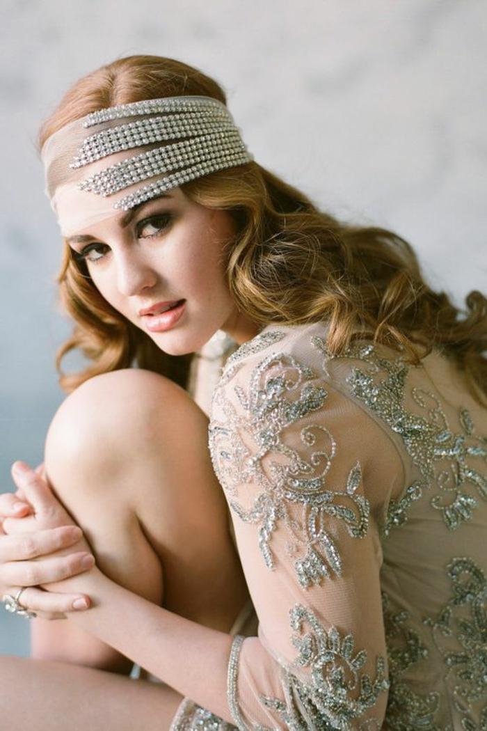 robe gatsby le magnifique, bandeau de cheveux gris, robe couleur gris perlé