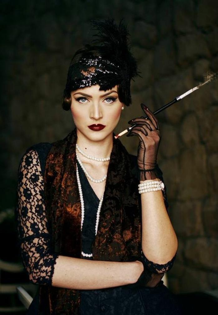 robe gatsby le magnifique, robe noire et foulard, mitaines transparentes, bracelet avec perles blanches