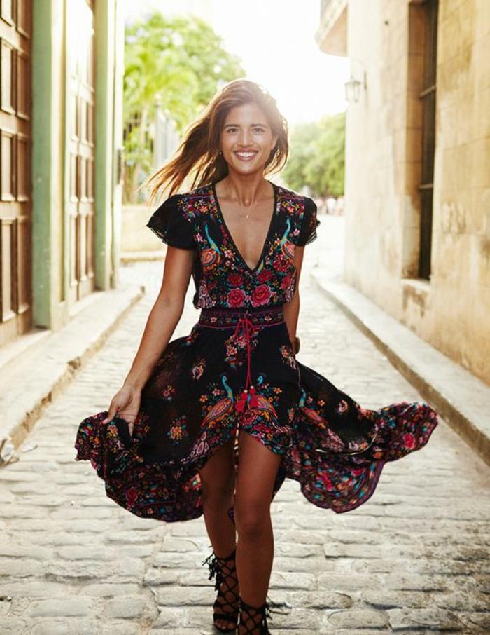 Robe jolie femme souriante fleurs cool idée comment s habiller